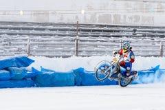 Halv-finalerna av den ryska mästerskapet i Ufa på en speedway isen i December 2016 Royaltyfri Foto