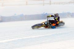 Halv-finalerna av den ryska mästerskapet i Ufa på en speedway isen i December 2016 Arkivfoto