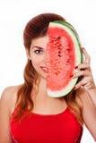 Halv framsida för härliga flickaräkningar en skiva av vattenmelon i studio Royaltyfri Foto