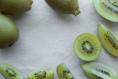 Halv hel guld- Kiwifruitbakgrund för skiva Royaltyfri Fotografi