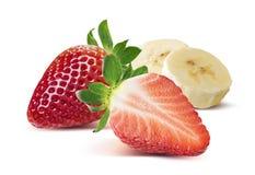 Halv jordgubbe som är hel och, bananstycken på vit backg royaltyfri fotografi