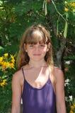 Halv kroppstående av den nätta flickan Arkivfoto