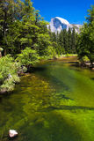 Halv kupol och Merced flod i den Yosemite nationalparken, Kalifornien Arkivfoton