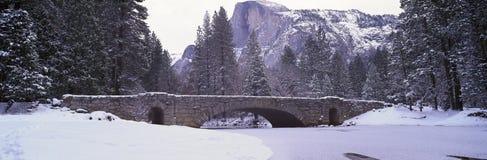 Halv kupol och Merced flod i vinter, Yosemite nationalpark, Kalifornien Fotografering för Bildbyråer