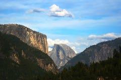 Halv kupol och Yosemite dal Royaltyfri Fotografi