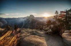 Halv kupol och Yosemite dal i den Yosemite nationalparken under färgrik soluppgång royaltyfri foto