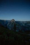 Halv kupol och Yosemite dal under natt med stjärnor i bakgrunden arkivfoto
