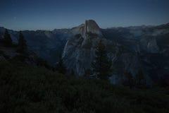 Halv kupol och Yosemite dal under natt med stjärnor i bakgrunden arkivbilder