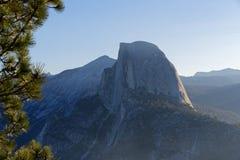 Halv kupol på den Yosemite nationalparken Arkivbild