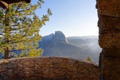 Halv kupol på den Yosemite nationalparken Royaltyfri Bild