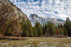 Halv kupol på vintern - Yosemite nationalpark, Kalifornien, USA Royaltyfri Foto