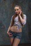 Halv längd för kvinna på mörk bakgrund Fotografering för Bildbyråer