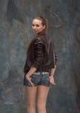 Halv längd för kvinna på mörk bakgrund Arkivfoton
