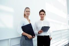Halv längdstående av två lyckade affärskvinnor Arkivfoto