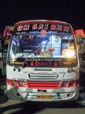 Halv längsgående stödbjälke- & längsgående stödbjälkelagledarebuss på Sagar på Indien Arkivfoto