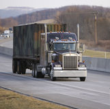 halv lastbil för flatbed royaltyfria bilder