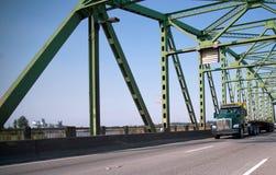 Halv lastbil för grön stor rigg med släpet för plan säng för transportering Arkivbilder