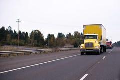 Halv lastbil för gul stor rigg med asksläpet för säkerhetstransporti Arkivbilder