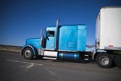 Halv lastbil för klassisk amerikansk rigg för modell stor i blått med halv trai Fotografering för Bildbyråer
