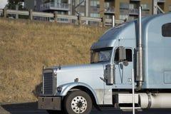 Halv lastbil för klassisk stor rigg för länge - transportsträckan snubblar körning på roen royaltyfri foto