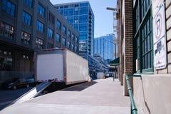 Halv lastbil för leverans av gods i stadsgränsen med fällt ned Royaltyfria Foton
