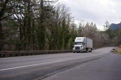 Halv lastbil för modern stor rigg med halv släpkörning för kylskåp Royaltyfria Foton