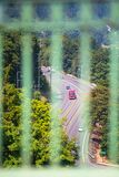 Halv lastbil för röd stor rigg med släpflyttning, genom att spola den gröna vägen Arkivfoto