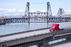 Halv lastbil för röd stor rigg med halv släptransporti för kylskåp Arkivfoto