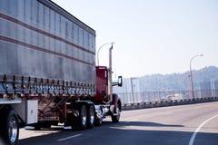 Halv lastbil för röd stor riggdagtaxi med den dolda släpet som är roterande på nolla Arkivbild