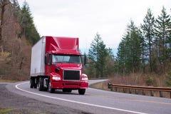 Halv lastbil för röd stor riggdagtaxi med halv släpspring på vind Royaltyfria Foton