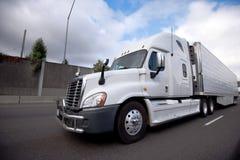 Halv lastbil för stor rigg med marijuanacigarettenheten på kylskåpsläprunn Royaltyfri Bild
