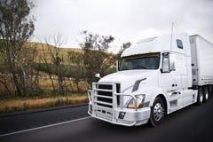 Halv lastbil för stor rigg med riklig transporterande se för skyddsgallerskydd Arkivfoto