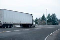 Halv lastbil för stor rigg med halv släpspring för torr skåpbil i snösto Arkivfoton