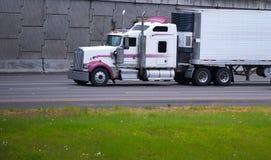 Halv lastbil för stor rigg som är specialbyggd med marijuanacigarettsläpenheten på vägen Royaltyfri Bild