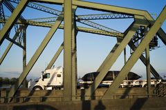 Halv lastbil för stor rigg som transporterar dra åt kommersiell last på f Arkivfoto