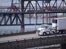 Halv lastbil för stor riggdagtaxi som transporterar last i kyld se Royaltyfria Foton