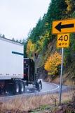 Halv lastbil för svart stor rigg på höstvägen, i att regna väder Arkivbild