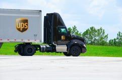 Halv lastbil för United Parcel Service UPS last på vägen Arkivbild