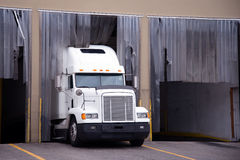 Halv lastbil för vit stor rigg i lagerskeppsdocka Arkivfoton