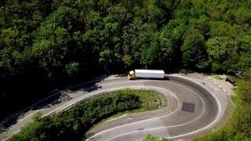 Halv lastbil f?r FPV som k?r l?ngs bergv?gen som g?r till och med skoglandskap i bygd f lager videofilmer