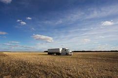 Halv lastbil i ett fält Arkivfoto