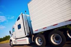 Halv lastbil i rörelse royaltyfri bild