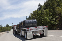 Halv lastbil med trådspolefrakter Arkivfoton