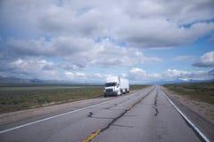 Halv lastbil med två släp ut ur vägen Arkivbild