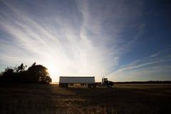 Halv lastbil och släp på solnedgången Royaltyfria Foton