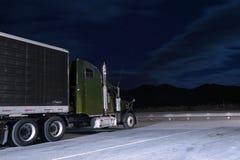 Halv-lastbil på parkeringsplats i nattmånsken Royaltyfri Foto