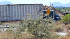 Halv lastbil som heading ner en återvändsgrändväg lager videofilmer