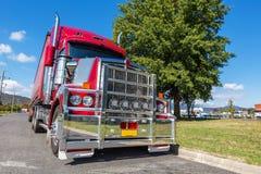 Halv lastbil som parkeras på sidovägen i den lantliga staden, Australien Arkivfoto