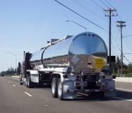 Halv lastbilbränsletransport Arkivbild