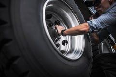 Halv lastbilhjulkontroll fotografering för bildbyråer